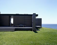 Photo: Karina Tengberg These two summer houses are located in New Zealand, but I still think they have kind of a Scandinavian style. Black House Exterior, Daylesford, Modern Cottage, Modern Barn, Black Walls, Beach House Decor, Summer Houses, Future House, New Zealand