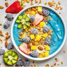 >> tropical smoothie bowl << 1 frozen bananas cup frozen mangoes 1 scoop vanilla protein 2 tsp blue majik cup vanilla almond milk topped with: mango, banana, kiwi star, & frozen blackberries Healthy Smoothies, Healthy Drinks, Smoothie Recipes, Healthy Snacks, Healthy Recipes, Smoothie Bowls Vegan, Diet Recipes, Yummy Recipes, Healthy Eating