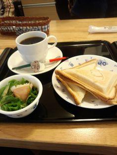 今日のお昼ご飯はホットサンドたまごとブレンドコーヒーいただいています。