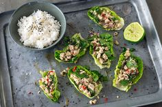 Larb Gai ist das perfekte Sommeressen für heiße Tage! Knackige Salatblätter werden mit scharfem Hühnersalat gefüllt und mit Reis serviert. Rezept von feinkoch