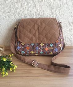 BOLSA TIRA COLO TRANSVERSAL Patchwork Bags, Quilted Bag, Bag Quilt, Diy Purse, Handmade Purses, Embroidered Bag, Crossbody Messenger Bag, Craft Bags, Fabric Bags