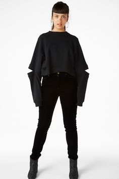 <p>Why should shoulders have all the fun? Flash a li'l elbow with this cropped, oversized cold elbow sweatshirt.</p> <p>colour:<em>Black magic</