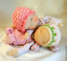 Купить или заказать Сестрички Баиньки в интернет-магазине на Ярмарке Мастеров. Две спящие девчушки для Сельмы из далёкой заснеженной страны. Потом они разлетятся по разным странам к своим новым маленьким мамам. А пока вместе, они стараются не разлучаться! Куколки из серии Баинек - маленькие, очень пластичные сплюшки, охотно принимающие множество спяще-сопящих поз. Одежда пришивная, набиты шерстью.