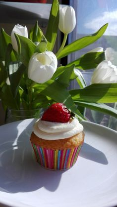 Cupcakes cu iaurt de capsune si crema de branza/ Cupcakes with strawberry yogurt and cream cheese frosting Strawberry Cupcakes, Cream Cheese Frosting, Yogurt, Muffins, Pudding, Desserts, Food, Tailgate Desserts, Muffin