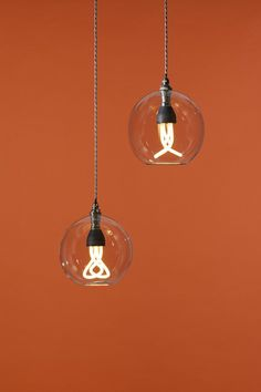 The world's first designer low energy saving light bulb has a dynamic, sculptured form that contrasts with the dull regular shapes of existing low energy bulbs, in an attempt to make the Plumen a centrepiece, not an afterthought.