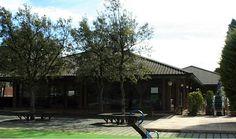 Key Esport Montjuic: restaurante con zona infantil, campo de fútbol y piscina.