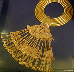 Gold collar necklace: from the treasure of the royal tombs Tanis, ca. Cairo Museum This is why we ask for gold guy, it lasts. Egypt Jewelry, Old Jewelry, Antique Jewelry, Antique Gold, Ancient Egyptian Jewelry, Egyptian Art, Cairo Museum, Long Pearl Necklaces, African Jewelry