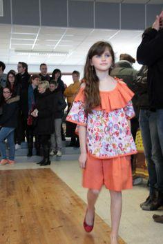Eline porte une tunique cape et une jupe culotte dans des jolies couleurs printanières