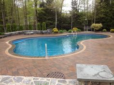 Lagoon shaped - Vinyl lined in-ground pool w/brick paver patio. Now this is my kind of pool ! Pool Pavers, Brick Paver Patio, Pool Landscaping, Pool Ideas, Patio Ideas, Backyard Ideas, Swiming Pool, Vinyl Pool, Backyard Paradise
