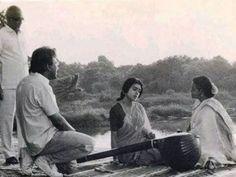 Photos from various movie shooting locations of Mani Ratnam. From Thalapathi to Ravanan, Yuva, Guru. Rare photos of Mani Ratnam with Rajinikanth Mani Ratnam, Actor Photo, Tamil Movies, Beautiful Couple, Rare Photos, Cinema, Actors, Couple Photos, Poster
