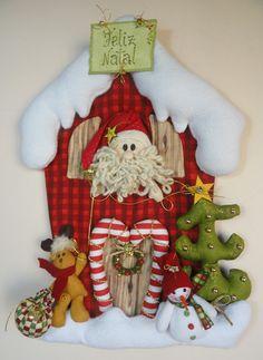 Enfeite de porta/parede Papai Noel na casa de neve <br>O Papai Noel está na janela da sua linda casa de neve e ele a rena estão enfeitando a casa para o Natal... <br> <br>Tamanho aproximado: 47 cm (altura) x 34 cm (largura) <br> <br>Confeccionado com tecido 100% algodão e melton.