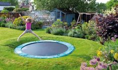 Sink your trampoline If you have children, you may already have a trampoline. So, to make bouncing around even more fun, dig a hole in the grass and put the trampoline in the ground! Sunken Trampoline, Backyard Trampoline, Backyard Playground, Backyard Toys, Diy Garden Toys, Trampoline Sport, Outdoor Play Areas, Outdoor Fun, Outdoor Toys