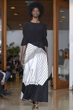 Myös Kentauri-hame vuodelta 1973 on Liisa Suvannon käsialaa. Cc Fashion, Black Women Fashion, Fashion Fabric, Fashion Prints, Daily Fashion, African Fashion, Fashion Show, Womens Fashion, Fashion Design