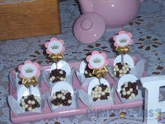 Deliciosos docinhos em forminhas e com mini toppers personalizadas #princesas