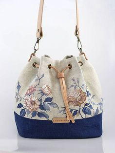 Best 12 Blubery / Ručne maľovaná ľanová kabelka z ľanu Patchwork Bags, Quilted Bag, Bag Quilt, How To Make Handbags, Fabric Bags, Cute Bags, Handmade Bags, Fashion Bags, Purses And Bags
