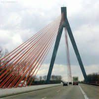 Tuibrug (pyloonbrug) met rode kabels