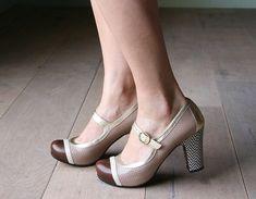 Un jour j'aurais des Chie Mihara aux pieds! Pretty Shoes, Cute Shoes, Me Too Shoes, Girls Formal Shoes, Vintage Style Shoes, Splendid Shoes, Low Heel Shoes, High Heels, Mary Jane Shoes