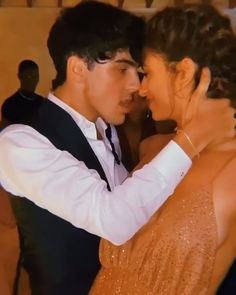 Discover recipes, home ideas, style inspiration and other ideas to try. Cute Couple Dancing, Cute Couples Kissing, Cute Couple Videos, Cute Couples Goals, Romantic Couples, Couple Pictures, Couple Kissing Video, Freaky Relationship Goals Videos, Couple Goals Relationships