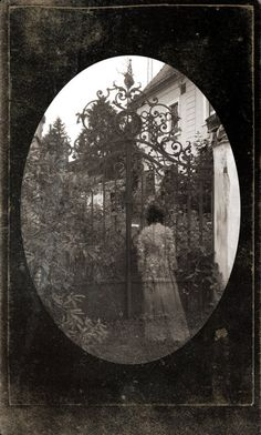 24 Bizarre Vintage Images That Will Creep You Out - Gallery Paranormal, Ghost Images, Ghost Pictures, Ghost Pics, Scary Places, Haunted Places, Creepy Pictures, Strange Pictures, Scary Photos