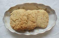 Bayatlamayan Sütsüz Yumurtasız Kurabiye - Nesrin Kismar #yemekmutfak.com Tarifi Martha Stewart'in programından aldım. Bir izleyicisinin uzaktaki yakınlarına Noel için postayla yollayabileceği dayanıklı ve lezzetli bir kurabiye tarifi istemesi üzerine yayında bu kurabiyeleri hazırladı. Özellikle yumurtasız bir tarif olduğunu belirtmesi aklımda kaldı. Ben de tariften tereyağını çıkarıp bitkisel margarin kullandım. Böylece süte ve yumurtaya karşı alerjisi olanlara da uygun bir tarif oldu. No Egg Cookies, Sweet Cookies, Yummy Cookies, Eggless Recipes, Delicious Cookie Recipes, Milk And Eggs, Recipe Mix, Martha Stewart, Food And Drink