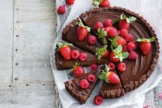 Dairy-free chocolate avocado mousse tart: Indulge in this dairy-free dessert that uses avocado and banana for its rich mousse base. Sugar Free Desserts, Desserts To Make, Healthy Desserts, Delicious Desserts, Raw Desserts, Yummy Food, Tart Recipes, Baking Recipes, Dessert Recipes