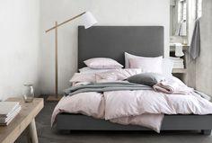 Hempeän värisillä ja runsailla tekstiileillä tuot pehmeyttä moderniin makuuhuoneeseen. Klikkaa kuvaa, niin näet tarkemmat tiedot!