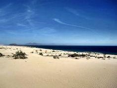 Parque natural de Corralejo en la isla canaria de Fuerteventura.   Es el continuo soplar del aire sobre la isla el que forma estas hermosas dunas.