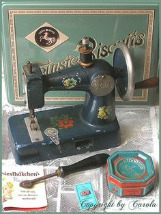 Retro Sewing A cute vintage toy sewing machine (Boxwoodcottage - My sister and I visited a flea market in the countryside last Sunday and I found some great treasures for a bargain price there. Vintage Sewing Notions, Vintage Sewing Patterns, Sewing Box, Love Sewing, Antique Toys, Vintage Toys, Sewing Hacks, Sewing Crafts, Retro