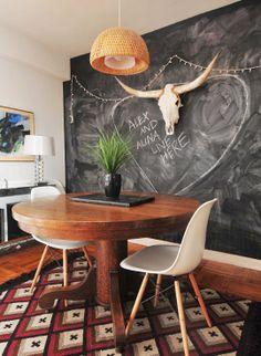 Ecsalle à manger / table bois / chaises Eames / mur ardoise /