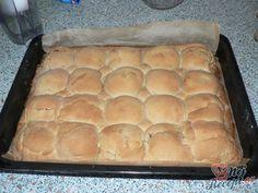 Výborný jablkový zákusek, který připomíná velehory. Křehké těsto, vláčná nádivka = skvělý zákusek. Milovníci jablek si určitě pochutnají. Mňamka! Hot Dog Buns, Hot Dogs, Apple Pie, Bread, Cooking, Food, Hampers, Kitchen, Kochen