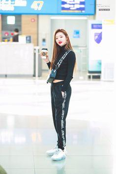 181212 ICN Departure (to Hong Kong) Fashion Idol, Kpop Fashion, Asian Fashion, Fashion Pants, Daily Fashion, Fashion Beauty, Girl Fashion, Airport Fashion, Kpop Outfits