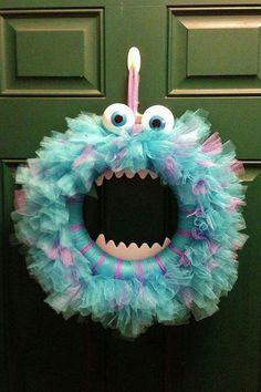 Halloween monster wreath hahaha looks like Sully from Monsters Inc! Adornos Halloween, Manualidades Halloween, Fun Halloween Crafts, Diy Y Manualidades, Holidays Halloween, Holiday Crafts, Holiday Fun, Fun Crafts, Diy And Crafts