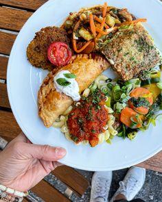 Jeden Donnerstag gibt's ein rein vegetarisches Zmittagsbuffet auf dem Juckerhof und Bächlihof. Avocado Toast, Breakfast, Food, In Season Produce, Thursday, Morning Coffee, Essen, Meals, Yemek