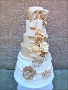 A Wedding Cake with Champagne colored details Beautiful Wedding Cakes, Gorgeous Cakes, Amazing Cakes, Beige Wedding, Mod Wedding, Cake Wedding, Dream Wedding, Cupcakes, Cupcake Cakes