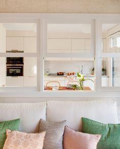Hacia la cocina. Con muebles de Santos. Cojines de Estilo Nórdico y de Maison de Vacances, en Mujika Aramendi.