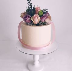 Торт с цветами в форме коробки для цветов. Цветы могут быть живыми и кремовыми.