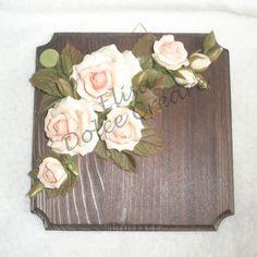 Tavoletta quadrata con rose rosa in pasta di mais