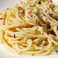 Spaghetti With Garlic, White Wine, Lemon, and Thyme. Grab a Forkful of Happiness by Making This Garlicky Spaghetti Immediately Sauce Recipes, Pasta Recipes, Dinner Recipes, Cooking Recipes, Recipe Pasta, Garlic White Wine Sauce, Garlic Sauce, Popsugar Food, Pasta Dishes