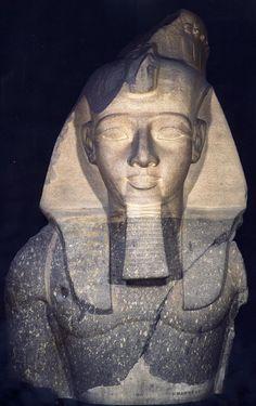Del templo funerario de Ramsés II procede parte de un coloso, actualmente conservado en el Museo Británico
