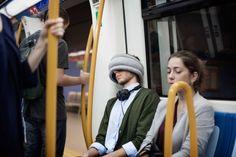 Travesseiro-avestruz ganha versão light para usuário tirar um cochilo no metrô ou ônibus
