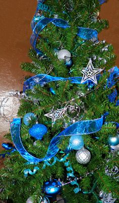 Every year we pick a theme for our main Christmas tree. Last year, Christmas tree theme was Van Gogh's Starry Night. Tabletop Christmas Tree, Christmas Tree Themes, Christmas And New Year, Vincent Van Gogh, Jazz, Wreaths, Holidays, Night, Ideas