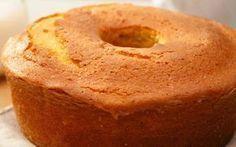 BOLO DE IOGURTE (SEM OLEO) Este bolo, sem gordura, fica delicioso, e com uma calda de açucar, por cima depois de cozido, fica molhadinho, muito bom e mais saudável Ingredientes: 1 iogurte natural ou de aroma 1 copo* de sumo de laranja ou leite 4 copos* de açúcar 3 copos* de farinha 4 ovos raspa …