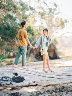 What to Wear to Your Spring Engagement Session   If there's no forecast of freezing temps to ruin your spring engagement session, spare yourselves the trouble of shoes. This is perfect for a boho style or beach e-sesh.