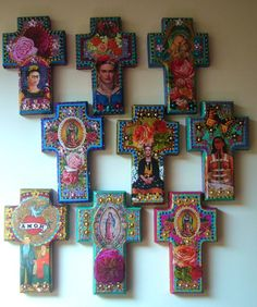 Frida gold y las rosas Cruz de madera maravilloso que ha sido pintado un dorado bonito y un montón de otros colores brillantes. Cuenta con intrincados detalles en los costados y decorado con gran imagen de Frida Kahlo y rosas vintage. También tiene brillo, lentejuelas y detalles para acabar de pintado a mano! Colgar en su pared y traer algunos belleza mexicana en la sala! Inspirados en el arte mexicano. Medidas: 4 de ancho 1 de profundidad, 6 de alto Encontré una variedad de cruces de ma...