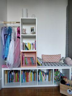 Notre fille avait besoin de rangements à sa hauteur pour ses livres, mais aussi d'une assise pour pouvoir les lire, et également d'une petite penderie visible et esthétiques pour ses déguisements de princesse. – Le matériel et les produits IKEA utilisés pour la réalisation : bibliothèque KALLAX 42x147cm (réf