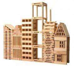 KAPLA, plaquitas de madera de construcción (+7 años) Todo y siendo un juguete que ya podrían empezar a jugar los más pequeños de 3 años, es sobre los 6 o 7 años cuando empezáis a hacer unas construcciones fantásticas. La gracia son las maderítas que tienen todas el mismo tamaño y se pueden llegar a construir torres de metros de altura, casitas y establos, figuras y animales, y todo lo que le ocurre a una mente infantil.