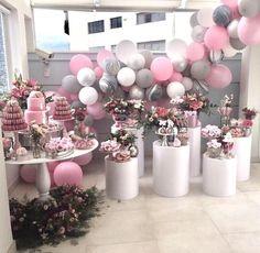 Decor simples e linda! Adoramos a combinação do rosa com o cinza além das nossas torres para dar um charme! #maymacarons #macarons #macaronspersonalizados #nossosmacarons #macaronsparaaniversario #torresdemacarons