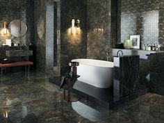 Vill du använda dig av färg och samtidigt skapa ett elegant, klassiskt badrum? Då finns det marmorerade plattor i olika färger. Här ser du en kombination av mörkgröna och svarta plattor med ett vitt badkar som fokuspunkt.