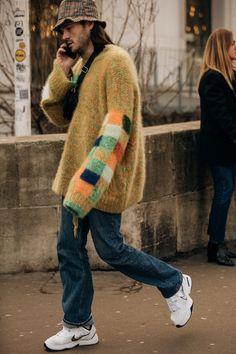 Streetstyle at Paris Fashion Streetstyle на Неделе высокой моды в Париже Street Style: photo from Paris Fashion Week 2019 Fashion Week Hommes, Fashion Week Paris, Mens Fashion Week, Fashion 2020, Men's Fashion, Fashion Styles, Fashion Quotes, Winter Fashion Street Style, Men's Street Style
