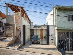 Olhando, assim, do lado de fora; a gente não dá muita coisa por essa casinha, construída na Zona Leste de São Paulo. Mas, para quem entende do assunto, essa foi uma das melhores construções do mund…